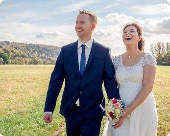Hochzeitsfoto Dresden glückliches Brautpaar auf Elbwiese Hochzeitsfotograf